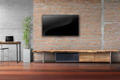 Sala de estar TV en la pared de ladrillo roja con la tabla de madera foto de archivo