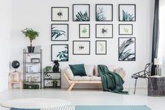 Sala de estar verde con el sofá fotografía de archivo