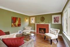 Sala de estar verde oliva del tono con la chimenea Fotos de archivo libres de regalías