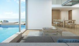 Sala de estar y comedor de la opinión del mar en casa moderna de la piscina Fotos de archivo
