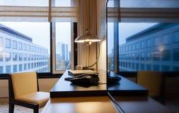 Sala de estudo com mesa de escrita e aparelho de televisão do lcd Imagens de Stock