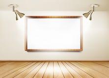 Sala de exposições com assoalho de madeira, placa branca e duas luzes Foto de Stock Royalty Free