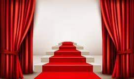 Sala de exposições com o tapete vermelho que conduz a um pódio com cortinas Fotos de Stock Royalty Free