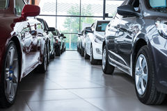 Sala de exposición con los nuevos coches imágenes de archivo libres de regalías