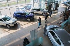 Sala de exposición y coche de la representación Nissan en la ciudad de Kirov en 2017 foto de archivo