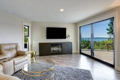 Sala de família bonita com saída a uma plataforma agradável fotos de stock royalty free