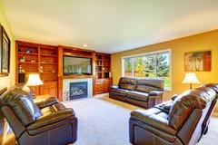 Sala de família com grupo de couro rico da mobília Imagem de Stock