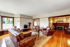 Sala de família e área de assento com a chaminé na casa luxuosa velha Fotos de Stock