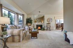 Sala de família enchida luz com teto arcado Foto de Stock