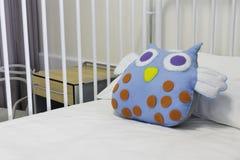 Sala de hospital de la cama de los niños Foto de archivo libre de regalías