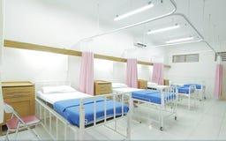 Sala de hospital limpa e moderna vazia fotos de stock