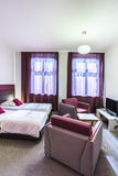 Sala de hotel dobro com cortinas violetas Fotos de Stock