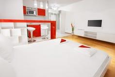 Sala de hotel moderna ou quarto liso do estúdio com cozinha Fotos de Stock Royalty Free