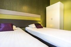 Sala de hotel verde com duas camas Foto de Stock Royalty Free
