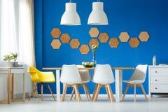 Sala de jantar azul e branca foto de stock