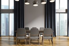 Sala de jantar branca, cortinas pretas Fotos de Stock