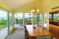 Sala de jantar brilhante com paredes de vidro Imagem de Stock