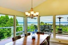 Sala de jantar brilhante com paredes de vidro Imagens de Stock Royalty Free