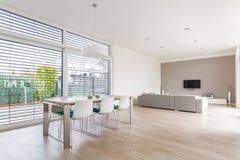 Sala de jantar brilhante moderna Fotos de Stock Royalty Free