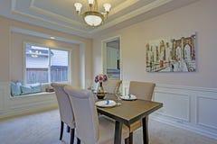 Sala de jantar chique acentuada com os moldes do painel de parede e o teto da bandeja imagem de stock royalty free