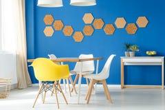 Sala de jantar colorida com cortiça fotografia de stock royalty free