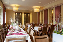 Sala de jantar com as tabelas cobertas brancas Fotografia de Stock Royalty Free