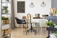 Sala de jantar com cadeiras modernas Fotos de Stock