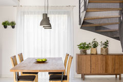 Sala de jantar com escadas imagens de stock