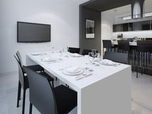 Sala de jantar e a cozinha na parte traseira Imagens de Stock Royalty Free