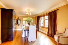 Sala de jantar elegante com mobília antiga Imagem de Stock Royalty Free