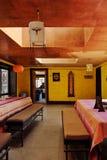 Sala de jantar interior no acampamento base do alojamento na trilha ao redor fotografia de stock