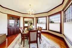 Sala de jantar luxuosa com o armário de madeira da guarnição e do acessório Imagens de Stock