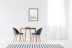 Sala de jantar minimalista com cartaz fotografia de stock royalty free