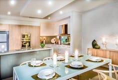 Sala de jantar moderna e a cozinha imagens de stock