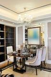 Sala de jantar moderna iluminada pela iluminação conduzida foto de stock royalty free