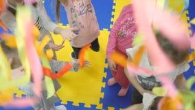 Sala de jogos do ` s das crianças As mãos das crianças sobre se filme