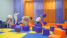 Sala de jogos do ` s das crianças Jogo com cubos da espuma video estoque