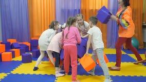Sala de jogos do ` s das crianças Jogo com cubos da espuma vídeos de arquivo