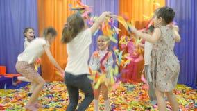 Sala de jogos do ` s das crianças Mostra de papel para crianças filme