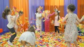 Sala de jogos do ` s das crianças Mostra de papel para crianças vídeos de arquivo