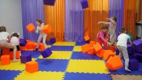 Sala de juegos del ` s de los ni?os Juego con los cubos de la espuma metrajes