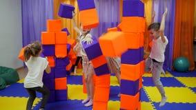 Sala de juegos del ` s de los ni?os Juego con los cubos de la espuma almacen de video