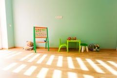 Sala de juegos moderna para los niños con las paredes verdes foto de archivo libre de regalías