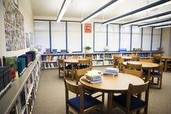 Sala de leitura alta da biblioteca escolar fotos de stock royalty free