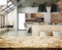 Sala de madeira do tampo da mesa e da cozinha borrada Fotos de Stock Royalty Free