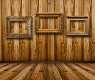 Sala de madeira interior com quadros de madeira dourados Foto de Stock