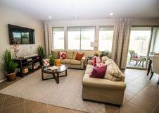 Sala de Modern Family com sofás fotos de stock