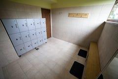 Sala de mudança do Gym com fechamentos do armazenamento imagens de stock royalty free