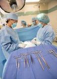 Sala de operação dos doutores Operating Paciente  Fotografia de Stock Royalty Free