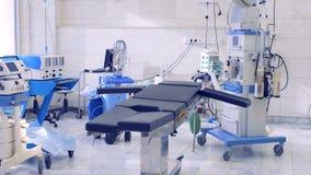 Sala de operações moderna vazia em um hospital vídeos de arquivo
